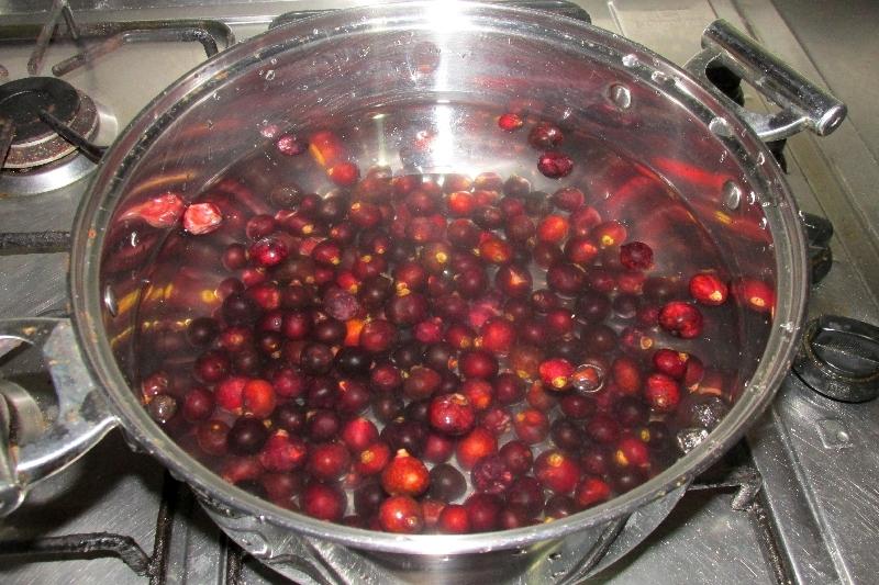 Placer les fruits lavés dans une grande casserole et ajouter deux litres d'eau froide.